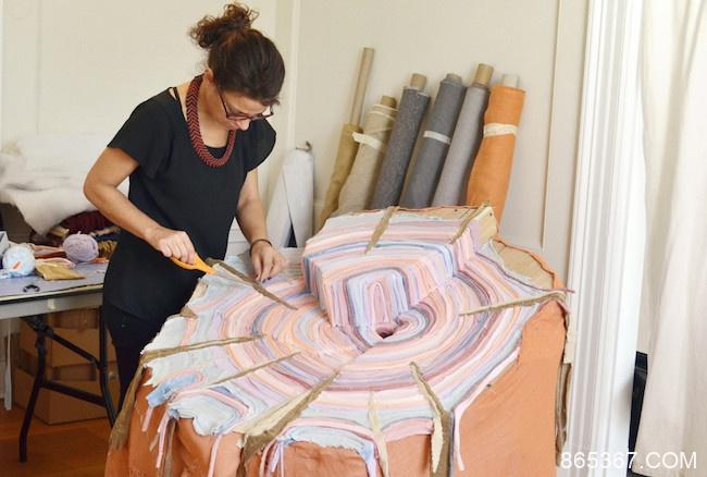 织品艺术家将已故父亲衣服重塑成装置成树桩 吊念逝去的时间