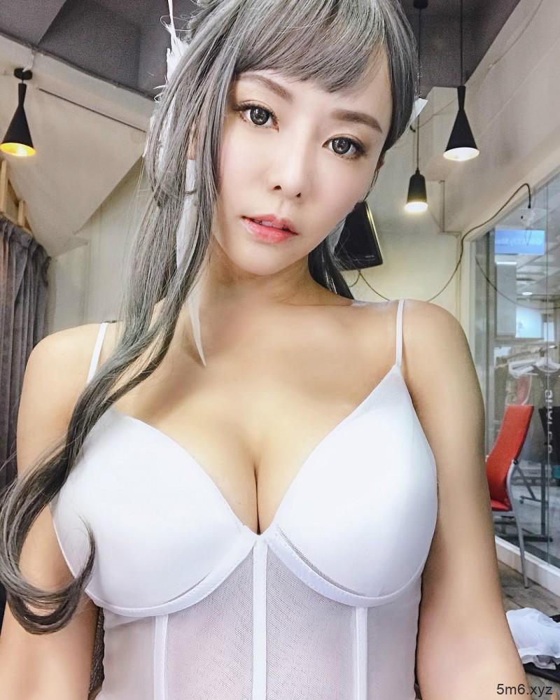 性感正妹巫苡萱 连体衣中开秀八字奶