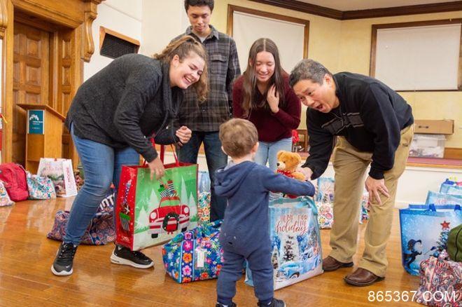 Bernard Lee延续节日传统,援助波士顿区域无家可归之人