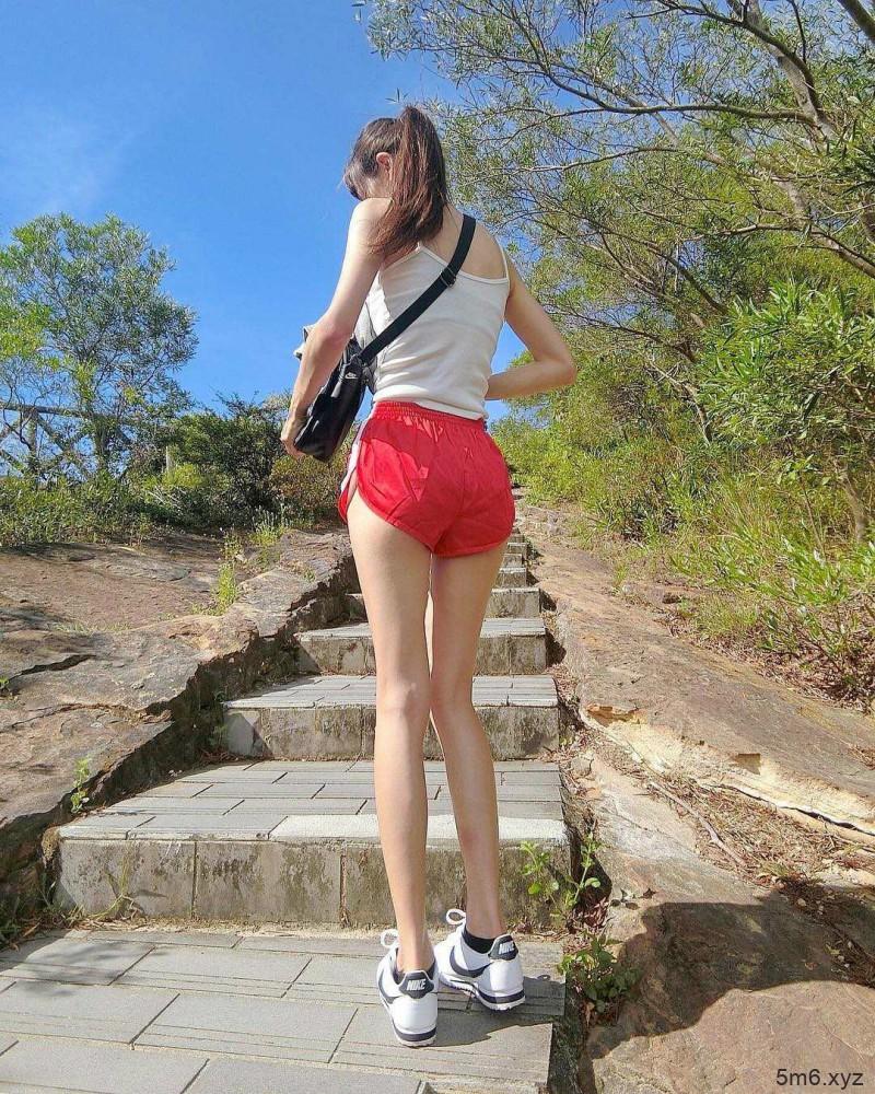 纤瘦美女正妹大长腿逆天 性感身材前凸后翘