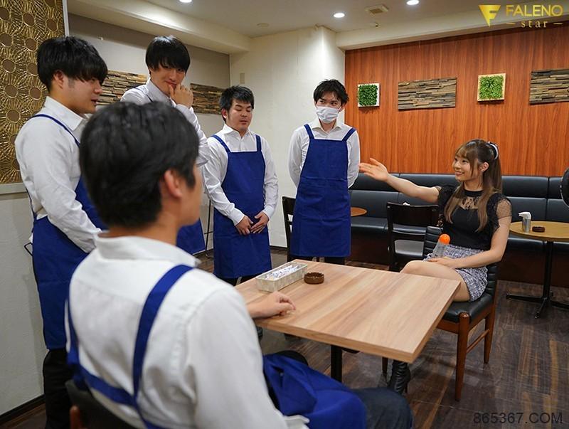 """小恶魔""""河南実里""""挑战咖啡店同事 撑过10分钟就可以无套中出"""