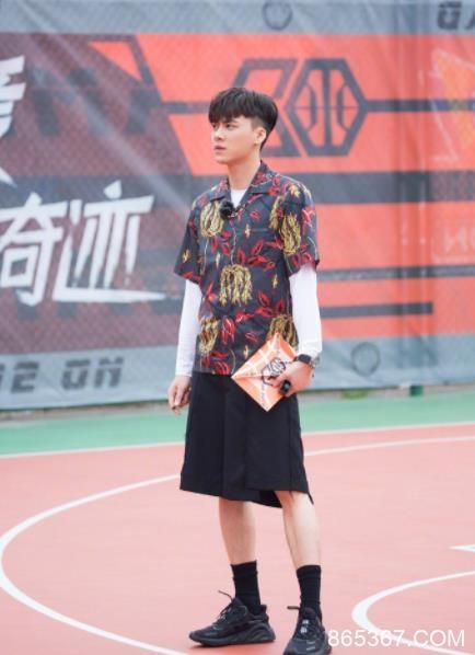 《我要打篮球》李易峰投篮命中率进步神速 梗王李帅哥不按套路出牌