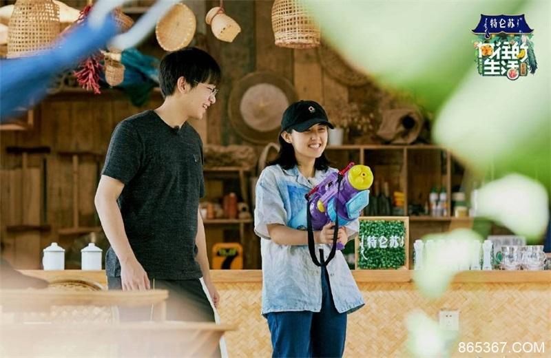 《向往的生活4》录制,彭昱畅紧挨张子枫坐下,网友:为避嫌?