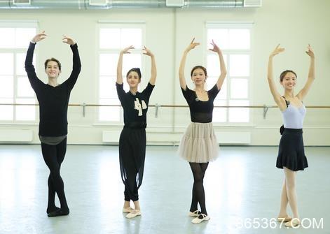 俄罗斯芭蕾舞王子迷倒林志玲 花样团探访普希金故居落泪