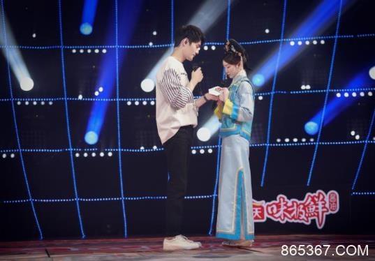 王凯给毛晓彤整理围巾 《跨界歌王》边唱边撒糖