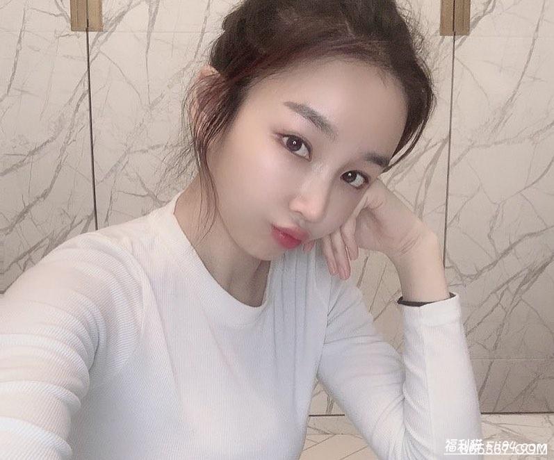 """今日妹子图20200319:韩国健身靓妹""""戴口罩拉筋"""",诱惑乳沟一览无遗!"""