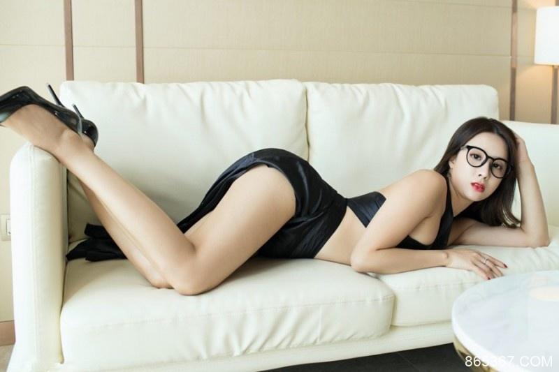 YouWu(尤物馆)眼镜御姐筱慧大胆摆出后入姿势很骚很撩人!