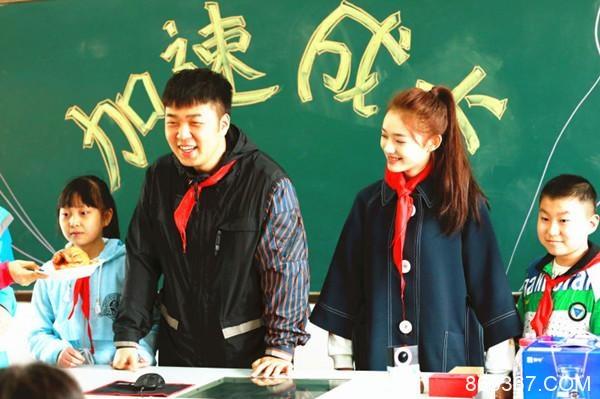 林允杜海涛系红领巾探访打工子弟学校送书籍